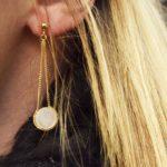Boucles d'oreilles longues dorées à l'or fin nacre blanche Lady